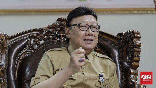 Menteri Dalam Negeri Tjahjo Kumolo berencana menunjuk dua penjabat atau pelaksana tugas gubernur dari kalangan perwira tinggi kepolisian aktif selama Pilkada serentak 2018. (CNN Indonesia/Adhi Wicaksono)