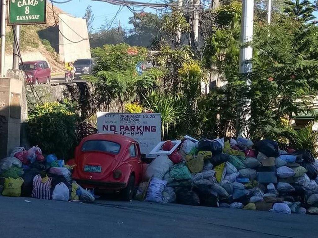 Parkir Sembarangan Mobil-mobil Ini Jadi Tempat Sampah Umum