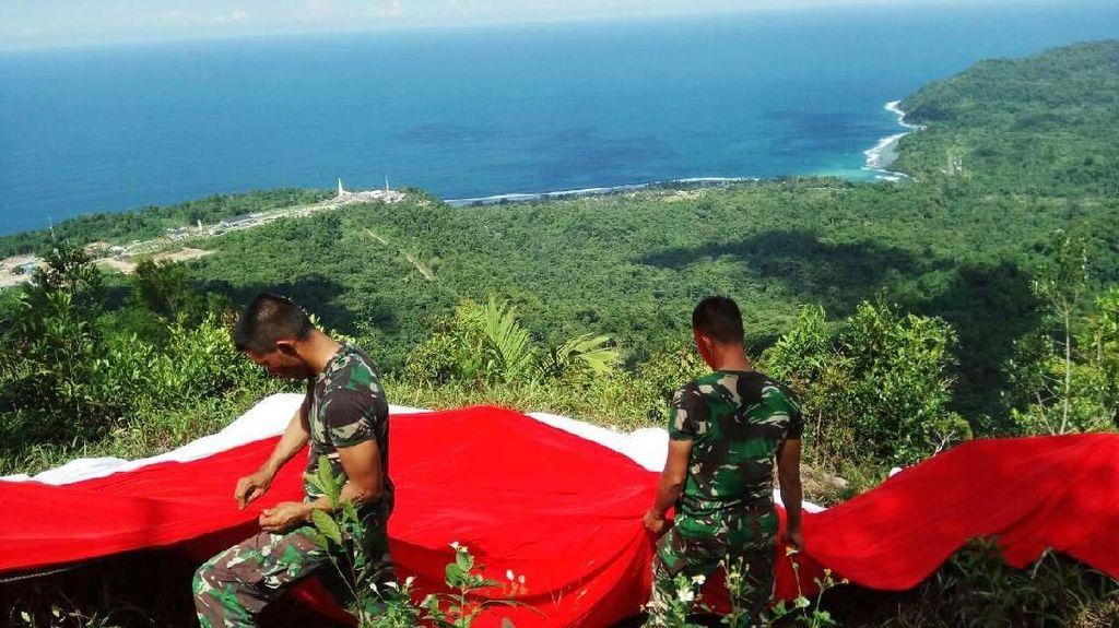 Merah Putih Membentang di Keindahan Gunung Pawa Papua