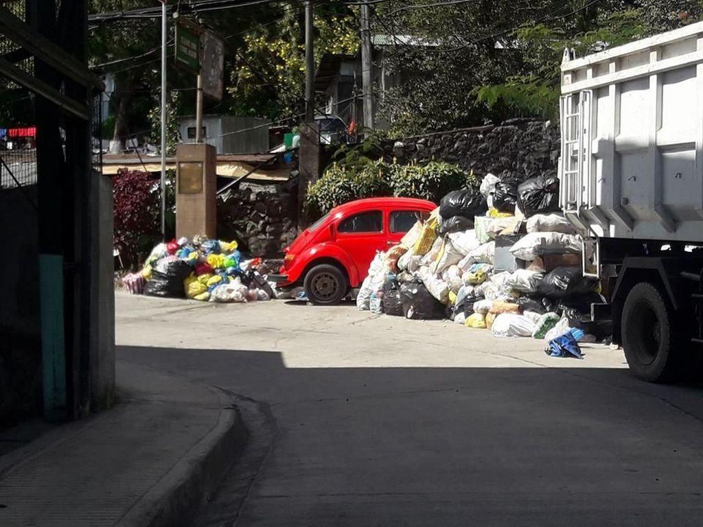 Parkir Sembarangan, Mobil-mobil Ini Malah Jadi Tempat Sampah