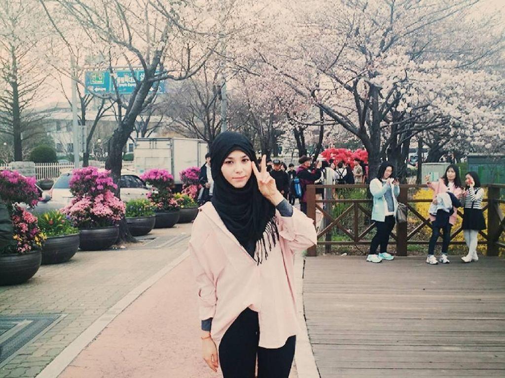 Foto: Gaya Liburan Kim Miso, Hijabers Cantik dari Korea