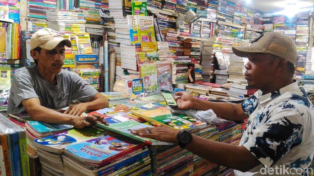 Penjual Buku Kwitang di Tengah Serbuan Pasar Online