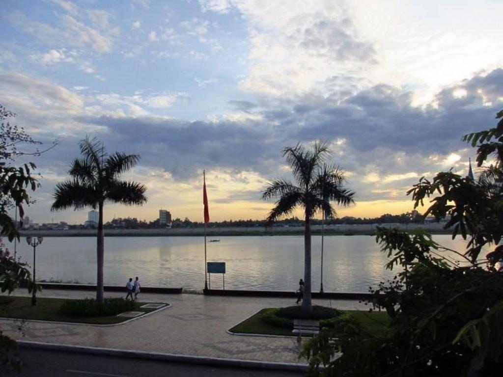 Enaknya Jalan Santai di Tepi Sungai Mekong