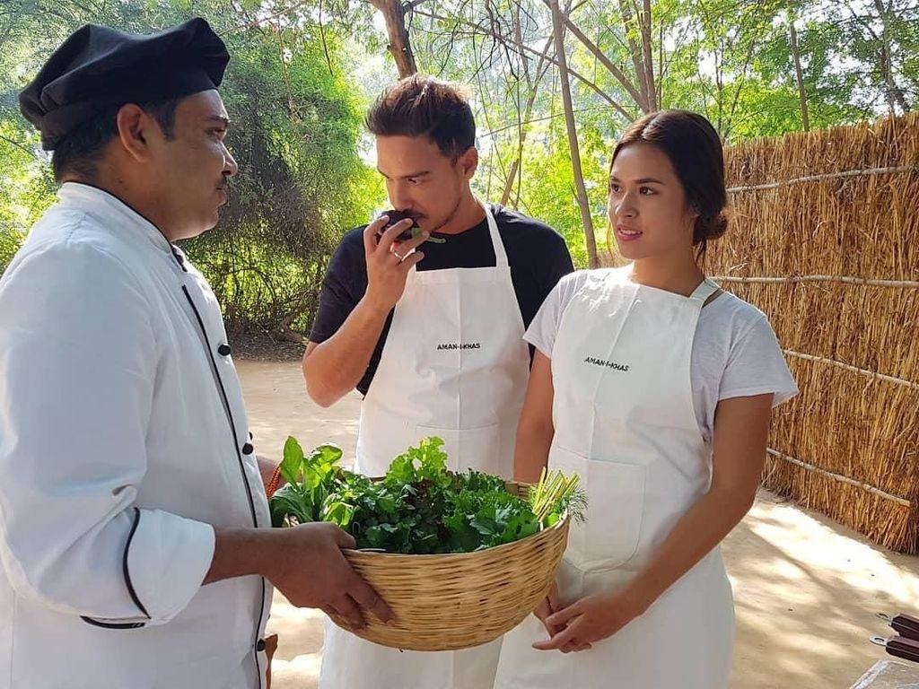 Mengintip Keseruan Hamish Daud dan Raisa Membuat Masakan India