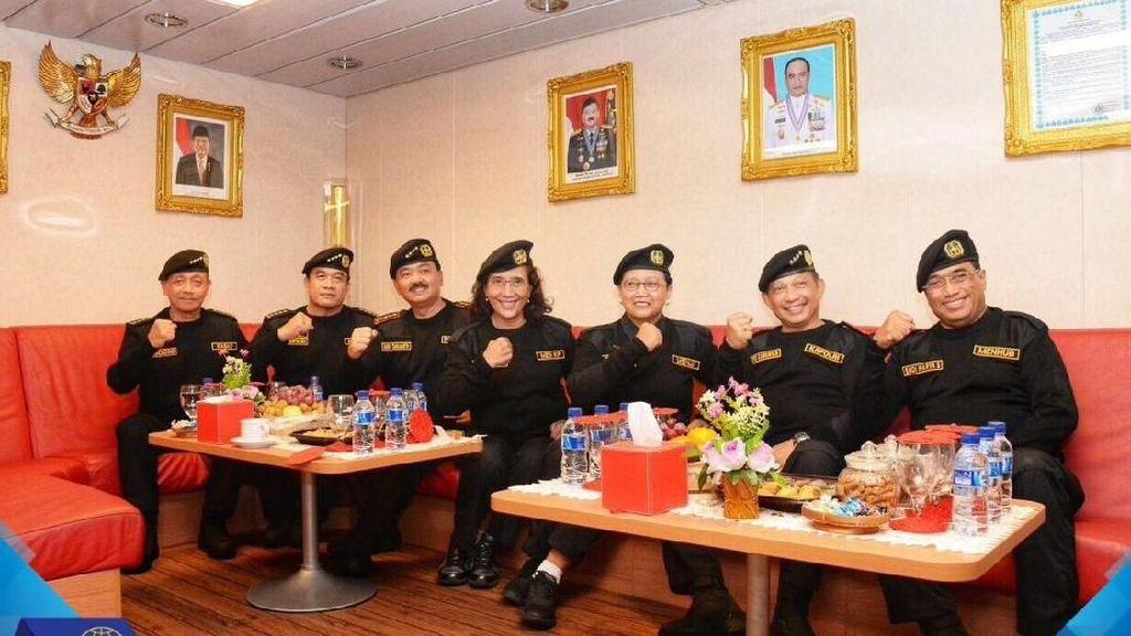Kompak! Pose Menteri Jokowi Terima Brevet Kehormatan di Kapal Selam