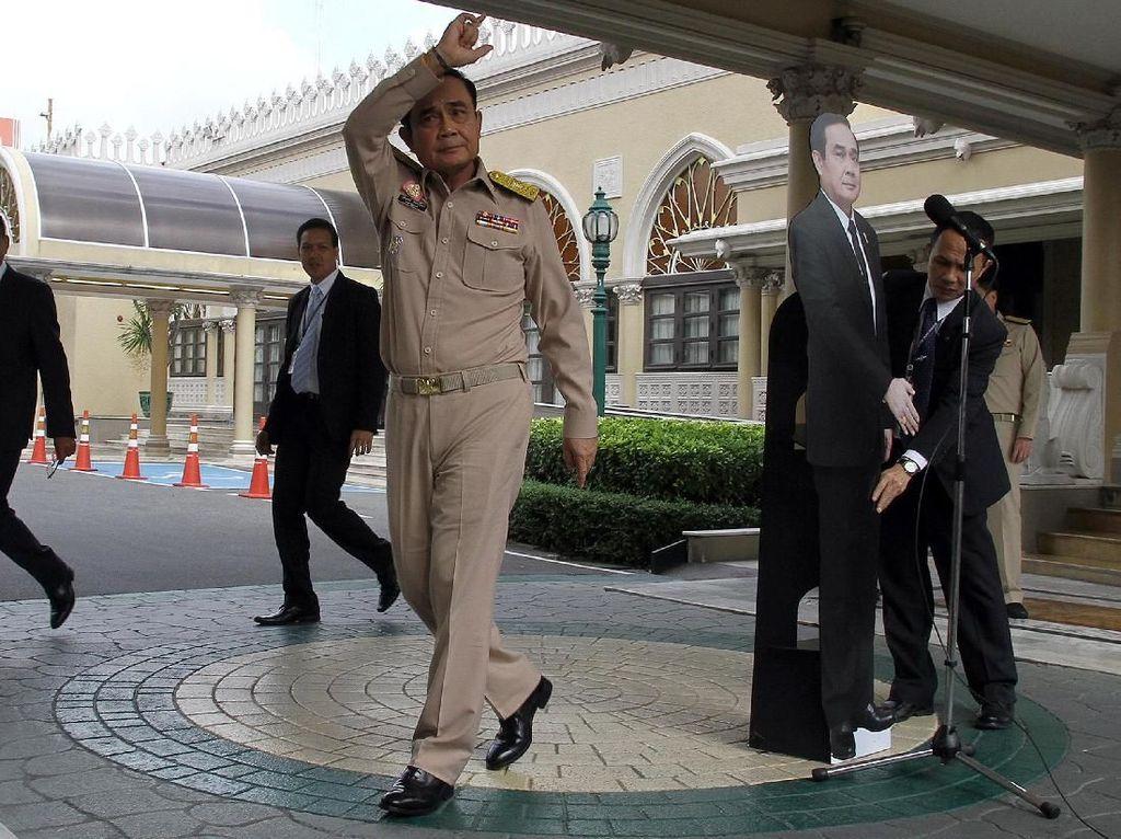 Kritik ke PM Thailand yang Pajang Replika Karton di Sesi Wawancara