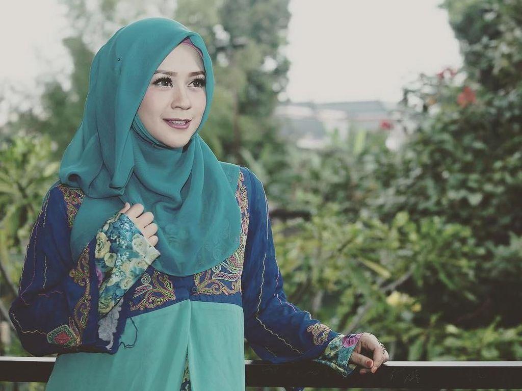 Foto: Gaya Syari Shinta Tanjung, Si Cantik Mantan Istri Ustaz Zacky Mirza