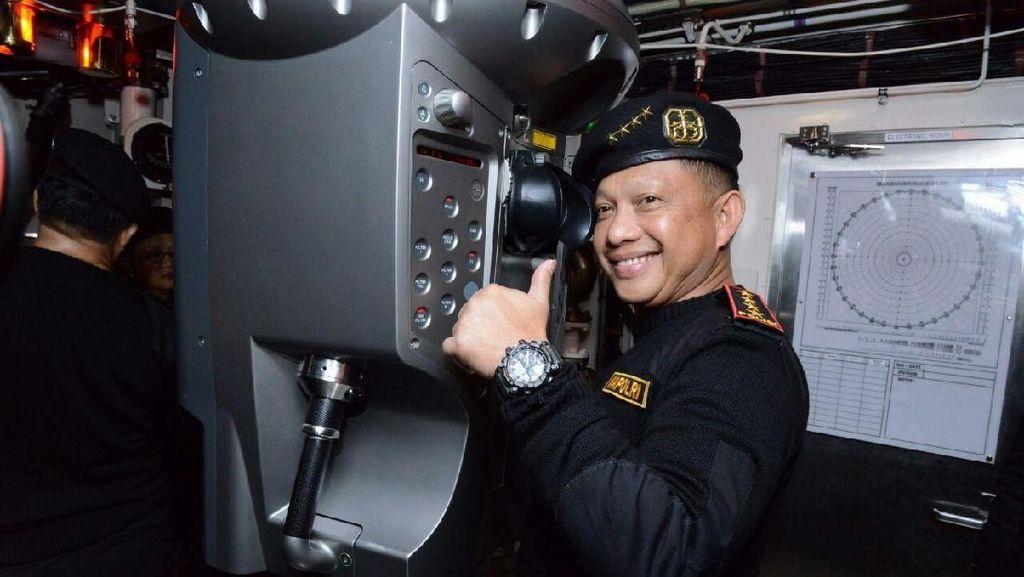 Momen Kapolri Diberi Brevet dari TNI AL di KRI Nagapasa 403
