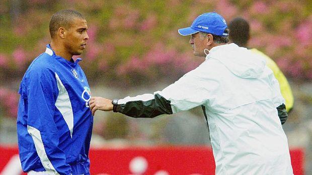 Ronaldo pernah menyabet tiga penghargaan pemain terbaik dunia.