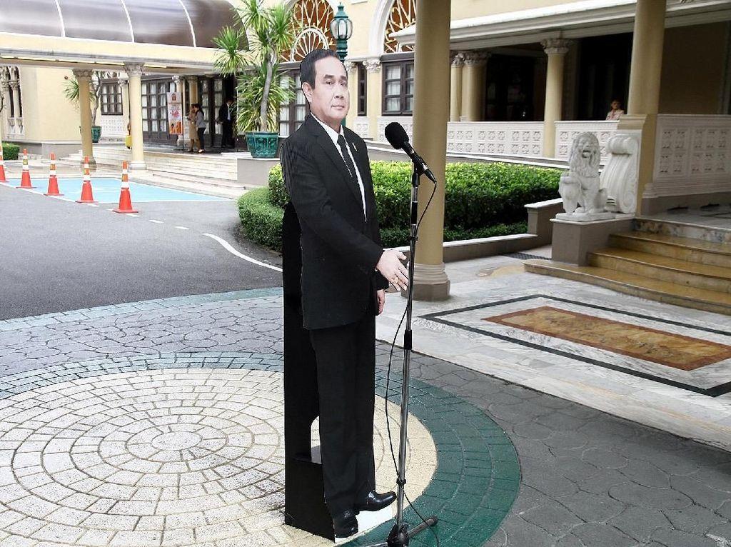 Ketika Sosok PM Thailand Berubah Jadi Replika Karton