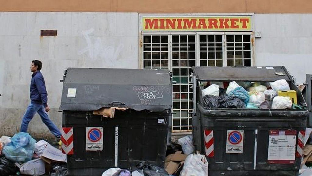 Ih..Jorok! Sampah Berserakan dan Menggunung di Jalanan Roma