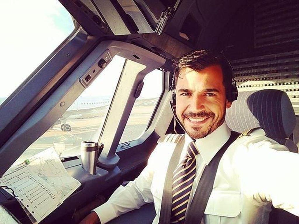 Foto: Deretan Pria Ganteng yang Dinobatkan Jadi Kru Pesawat Paling Tampan