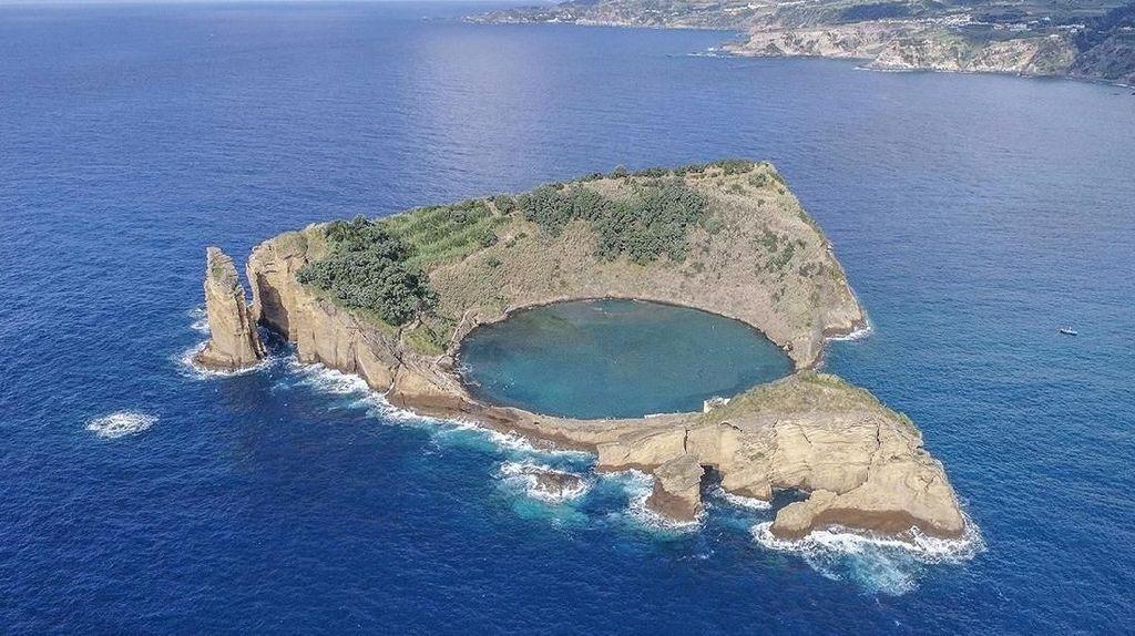 Foto: Mungkin Kamu Belum Tahu, Ini Danau di Tengah Laut