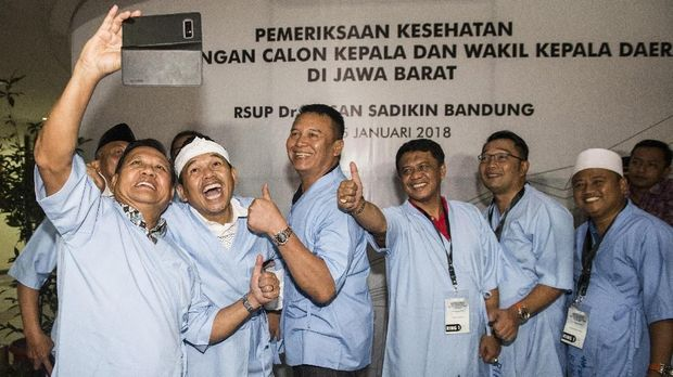 Empat pasang Cagub dan Cawagub Jawa Barat berswafoto bersama seusai menjalani tes kesehatan di RS Hasan Sadikin, Bandung, Jawa Barat, Kamis (11/1)