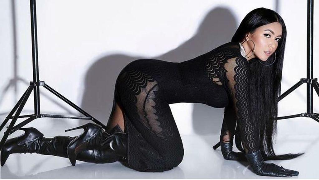 Foto: 8 Gaya Kontroversi Denada yang Super Seksi Mirip Nicki Minaj