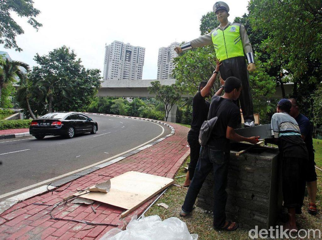 Pemasangan Patung Polisi di Bundaran Semanggi