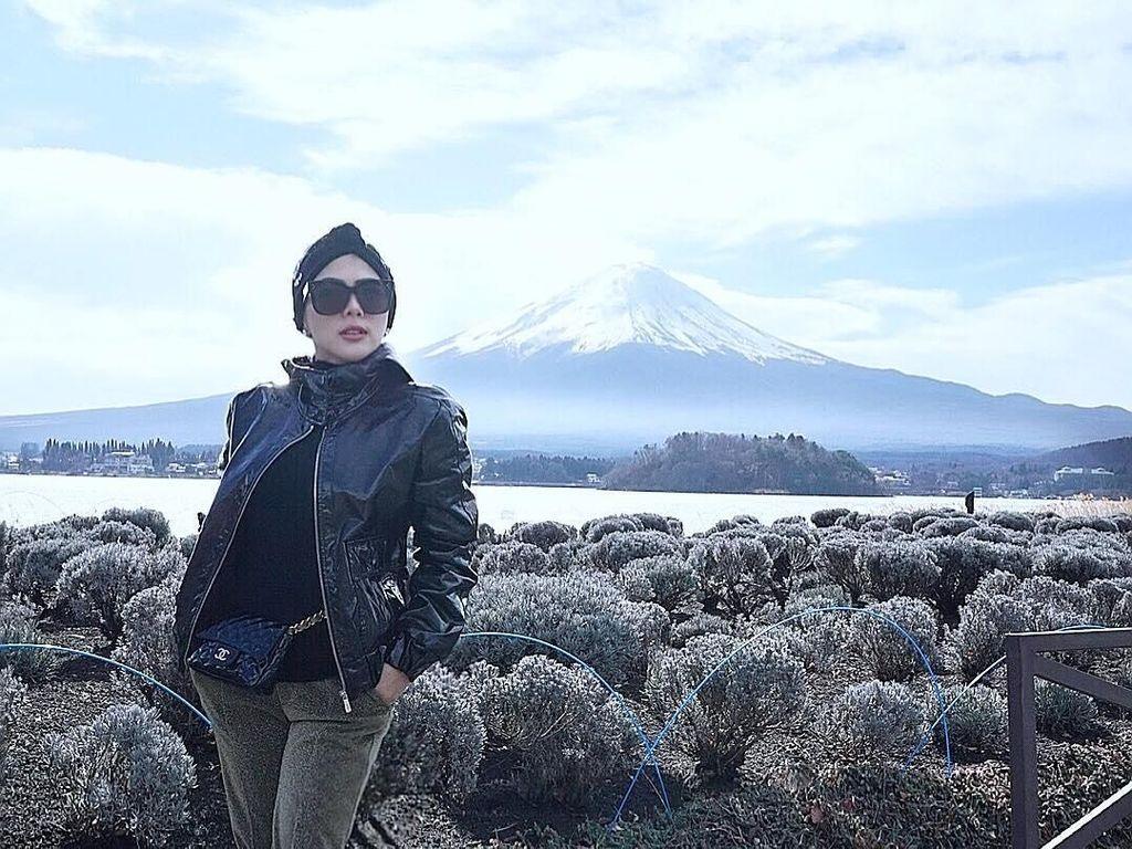 Foto: Saat Syahrini Datangi Danau Cantik di Kaki Gunung Fuji