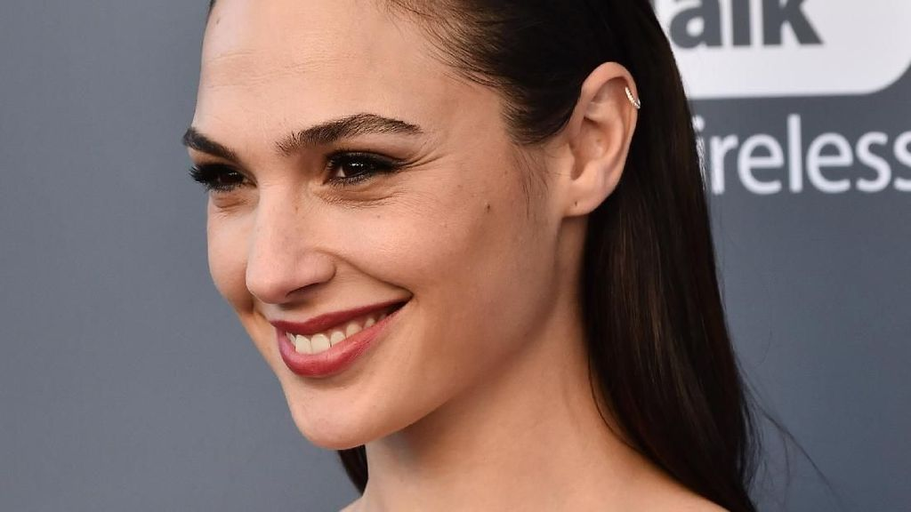 Gal Gadot Tampil Stunning di Critics Choice Awards