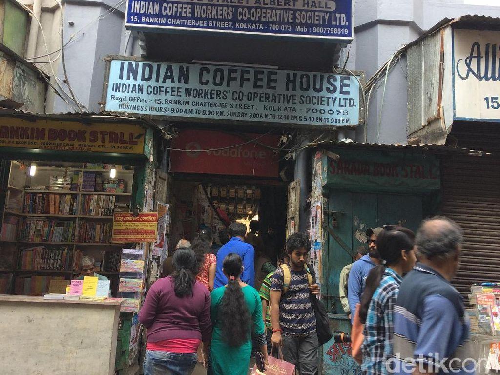 Foto: Warung Kopi Paling Hits di India Berumur 142 Tahun