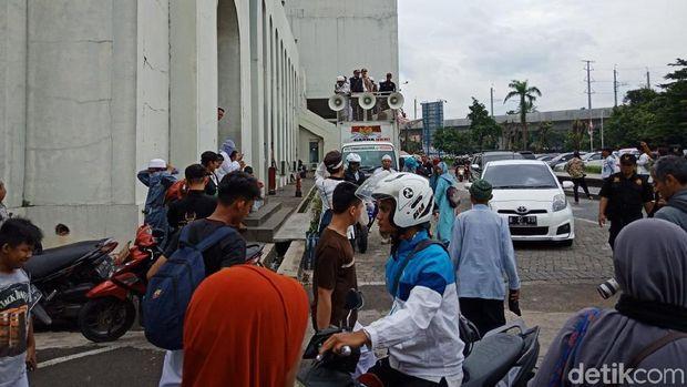 Usai Salat Jumat, Massa FPI Bergerak ke Kantor Facebook