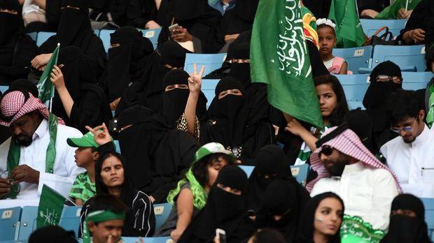 Wanita Arab Saudi di stadion olah raga.