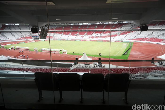 SUGBK dilengkapi empat sky box yang tiga di antaranya berada di sisi timur stadion.