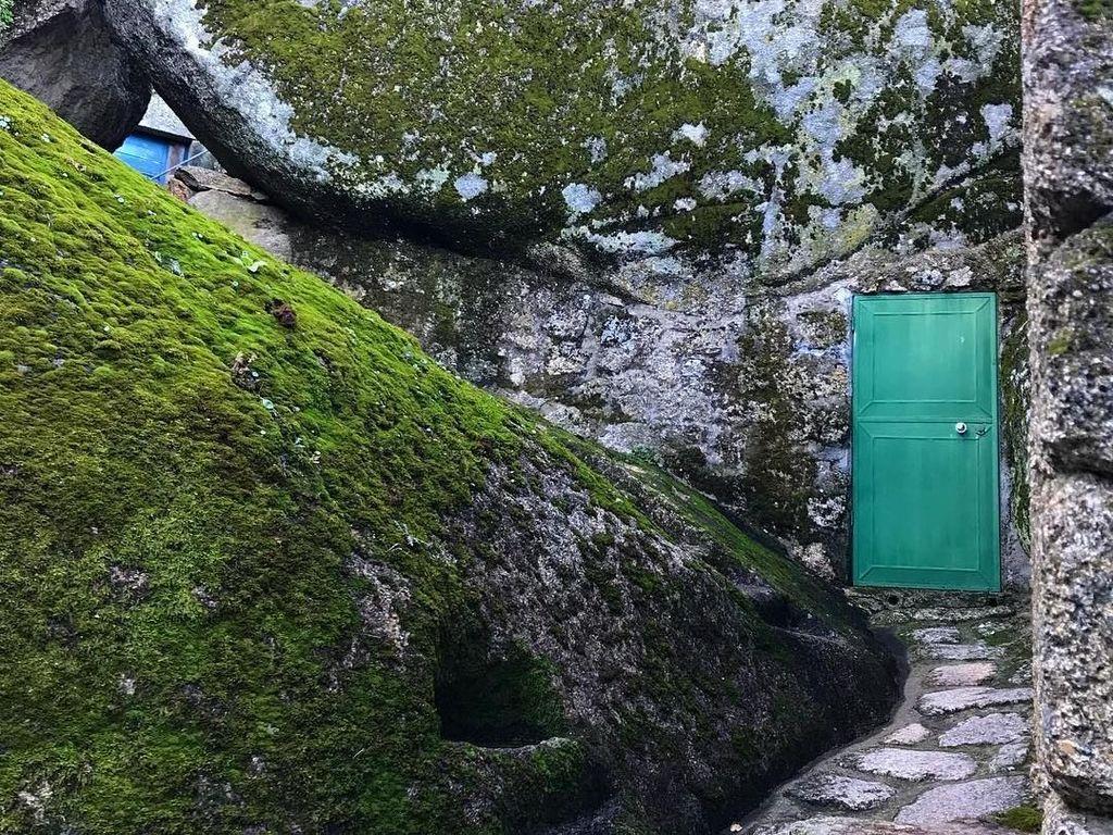 Desa yang Terjepit Batu