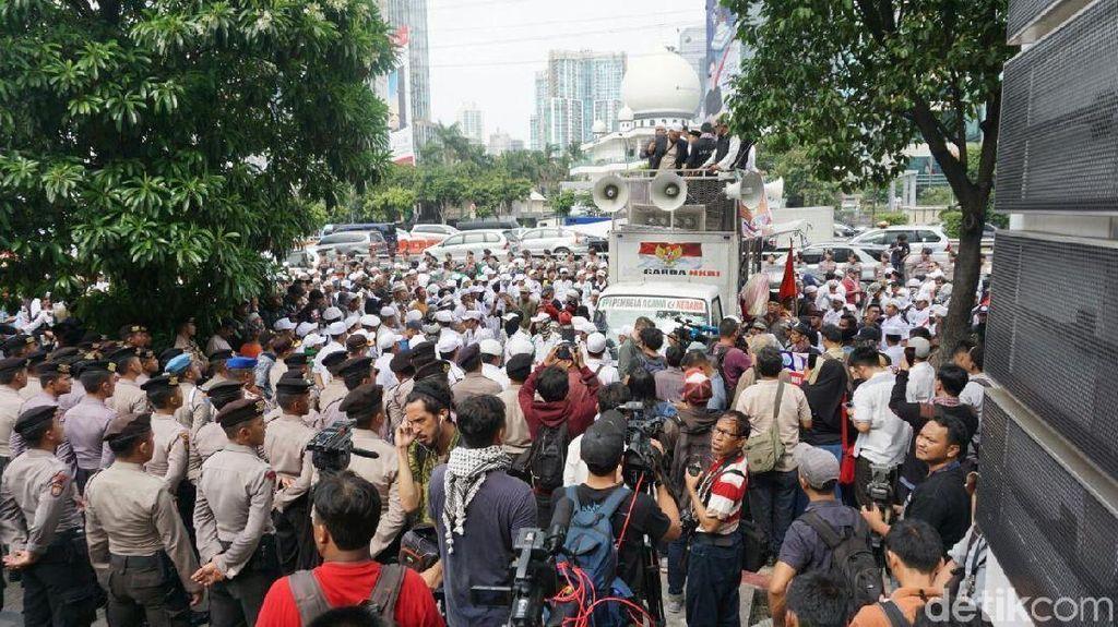 Foto: Massa FPI Mencari Kejelasan di Kantor Facebook