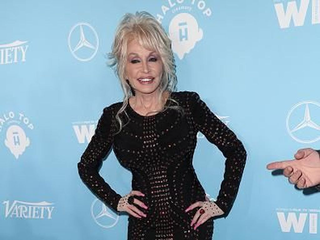 Viral, Dolly Parton Pakai Kostum Playboy Bunny di Usia 75 untuk Goda Suami