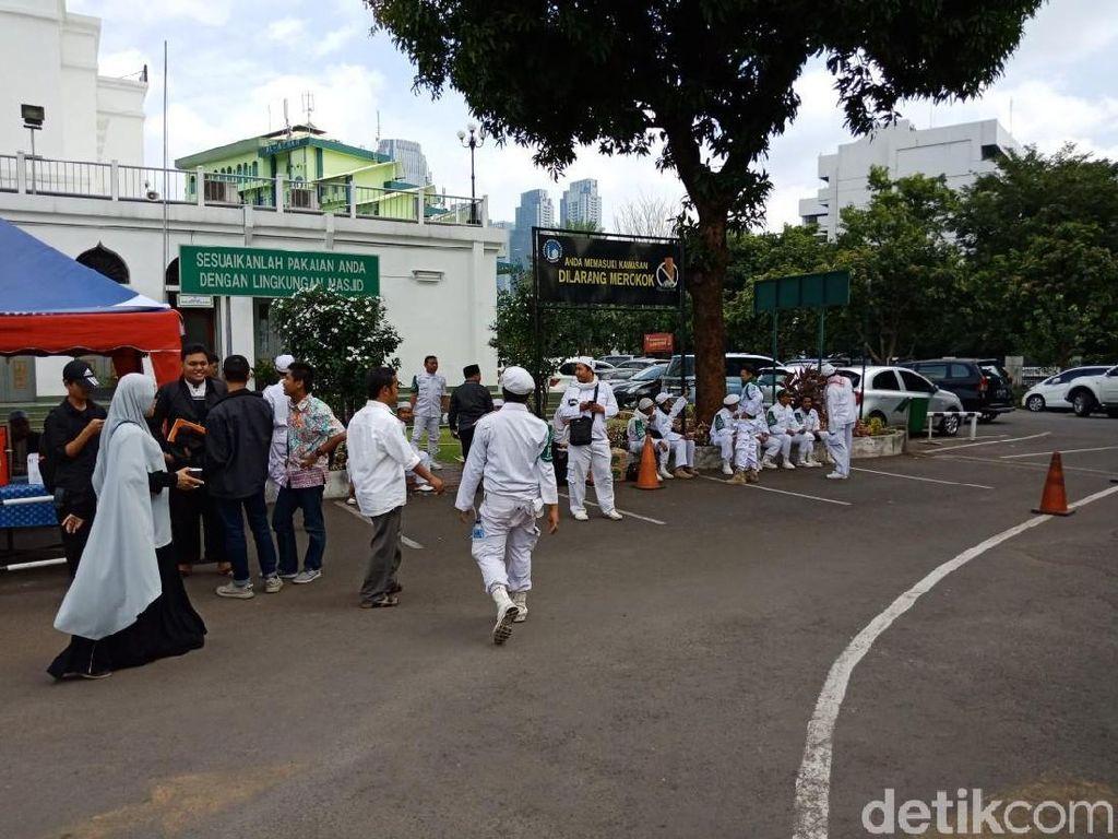 Massa Pendemo Kantor Facebook Mulai Padati Masjid Al-Azhar