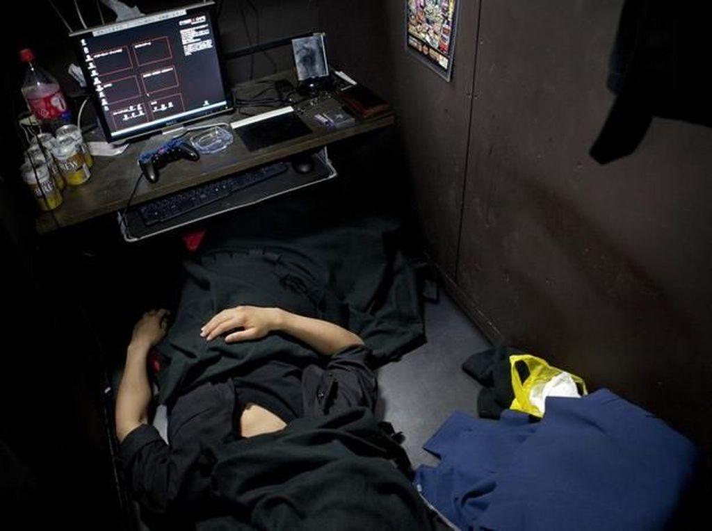 Banyak Orang Jepang Hanya Mampu Tinggal di Warnet