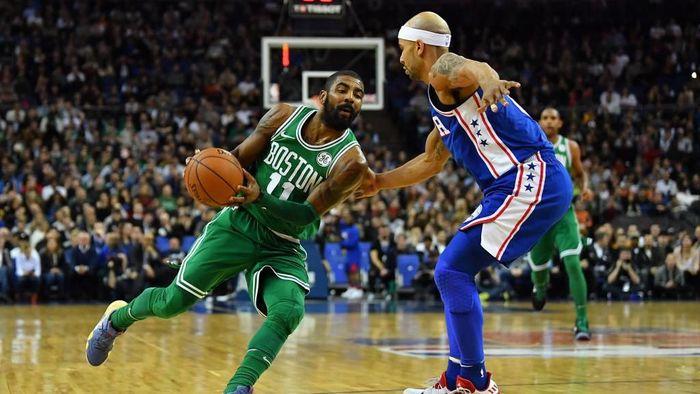 NBA Global Games antara Philadelphia 76ers dan Boston Celtics digelar di The O2 Arena, London, Kamis (11/1/2018) waktu setempat. Dipimpin Kyrie Irving, Celtics menang 114-103 atas Sixers di laga itu. Foto: Dan Mullan/Getty Images