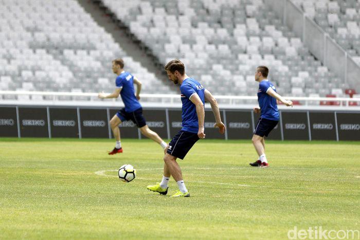 Tim Islandia menggelar latihan bernuansa santai sekaligus menjajal rumput baru di Stadion Gelora Bung Karno (GBK), Senayan, Jakarta Pusat, Sabtu (13/01/2018).