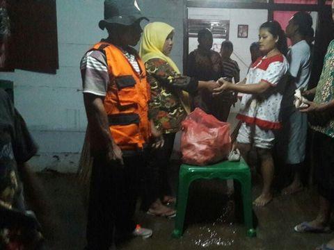 Petugas BPBD memberikan bantuan makanan