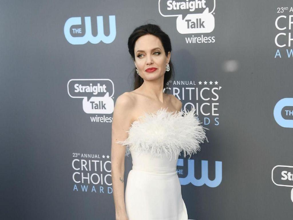 Foto: Gaya Angelina Jolie yang Mengekspos Tubuh Kurusnya