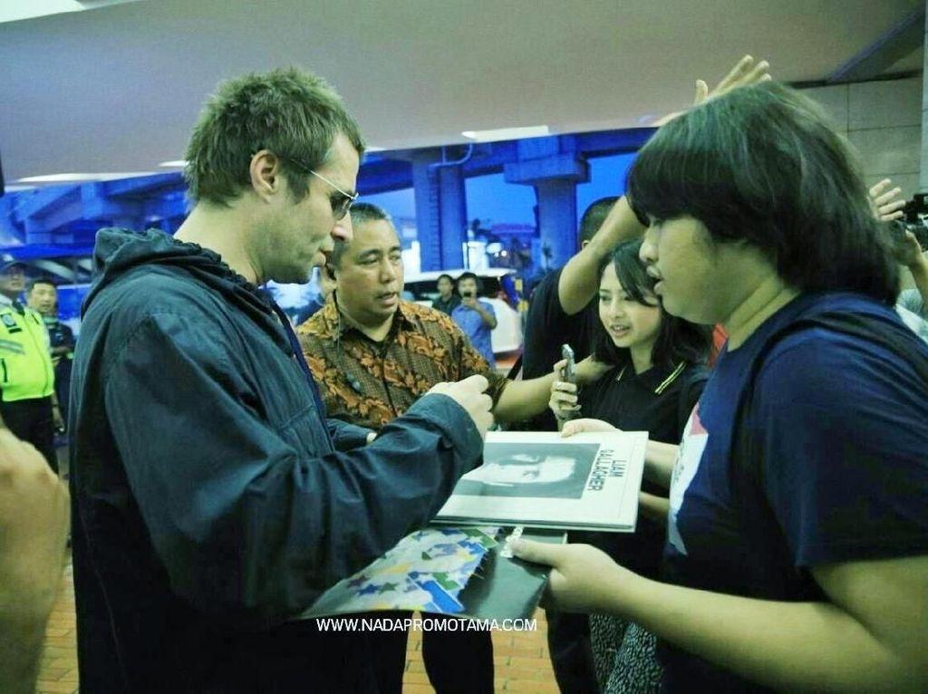 Tiba di Jakarta, Liam Gallagher Bubuhkan Tanda Tangan di Piringan Hitam
