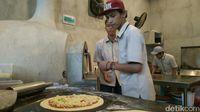 Sensasi Unik Menikmati Pizza Volcano yang Dipanggang dengan Tungku di Kota Cirebon