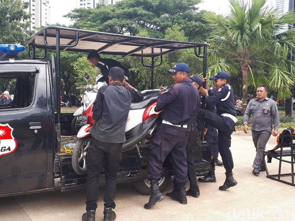 Parkir Sembarangan di SUGBK Jelang Indonesia Vs Islandia, Motor Ini Diciduk