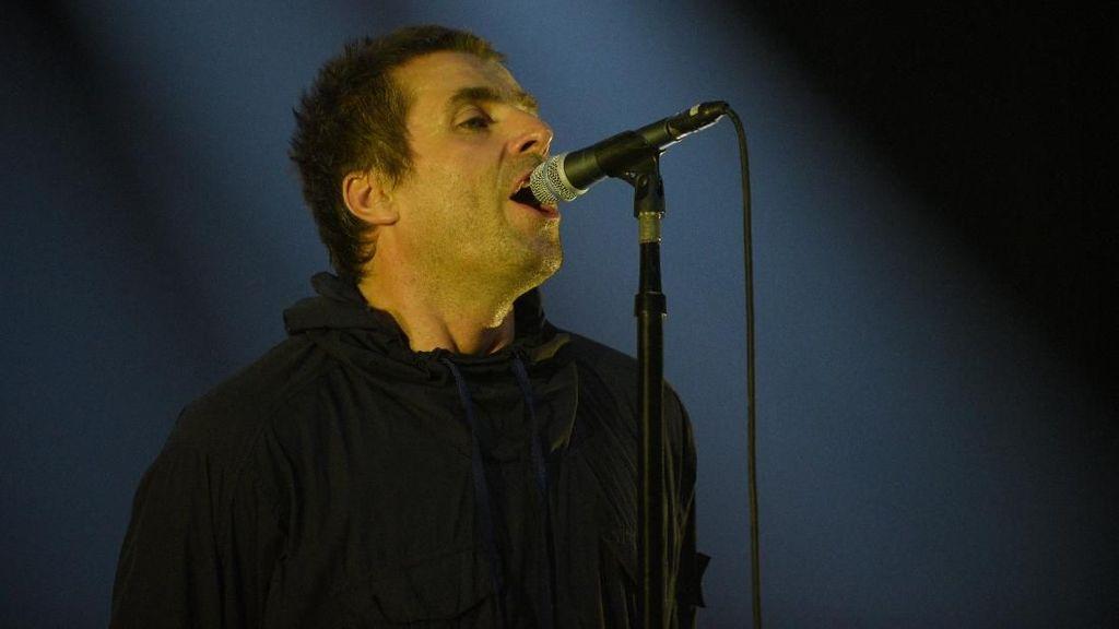 Heboh Penonton dengan Kursi Roda Diangkat Agar Bisa Menyaksikan Konser Liam Gallagher