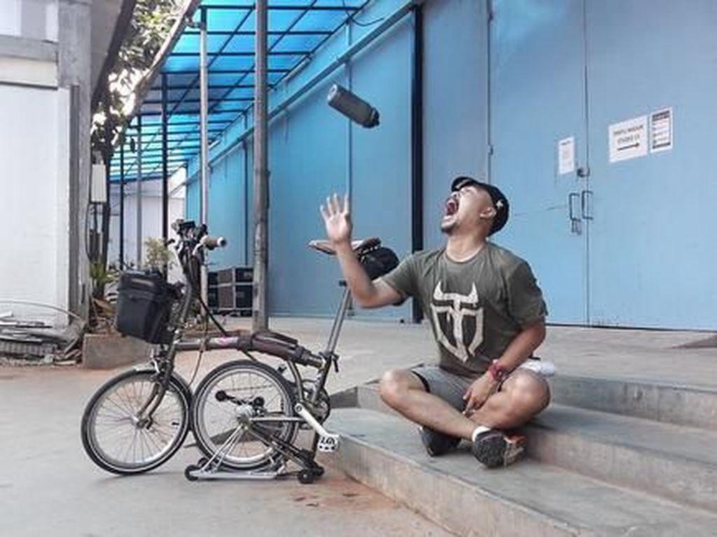 Potret Komedian Wendi Cagur Nge-gowes ke Lokasi Kerja, Sehat Banget!
