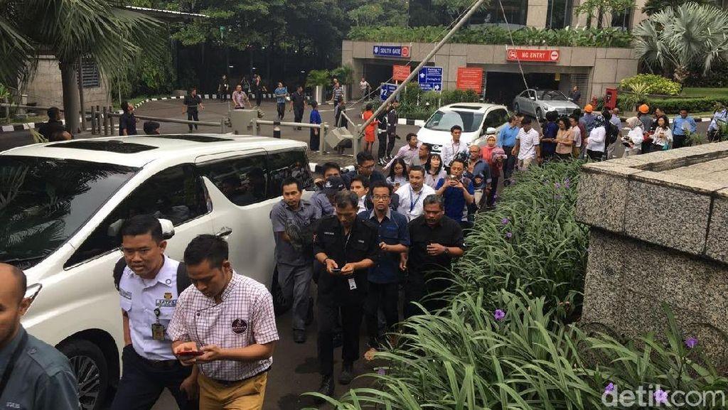 Foto: Suasana di BEI Pasca Selasar Atap Tower II Ambruk