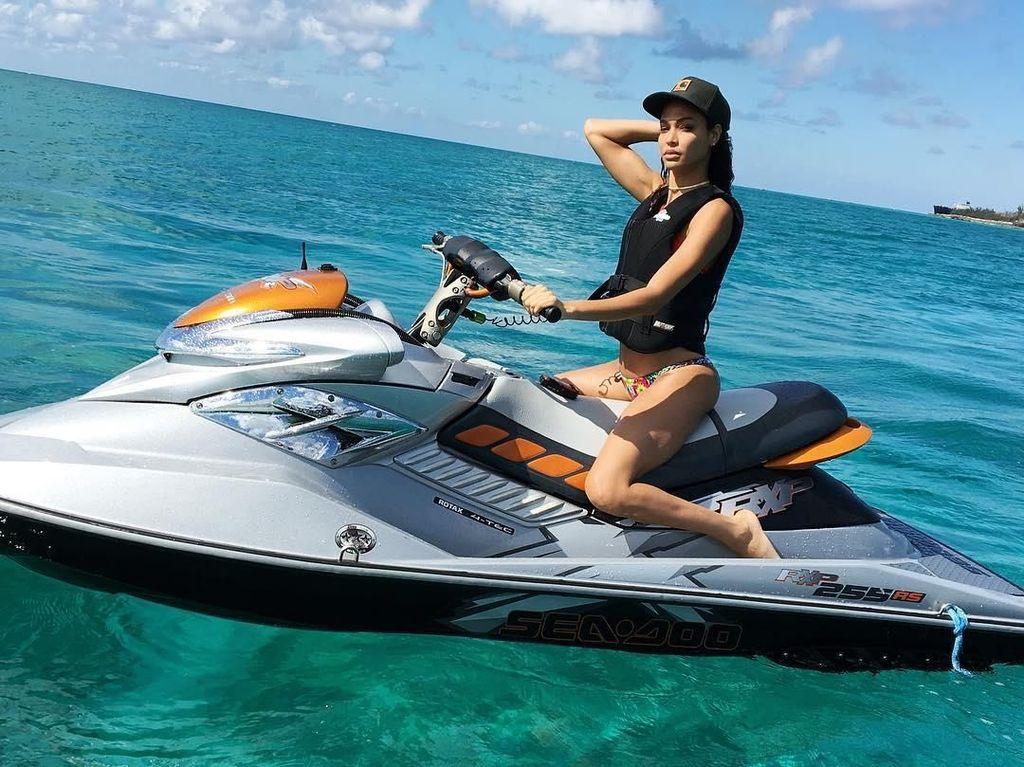 Foto: Liburan Ala Model Victorias Secret Joan Smalls