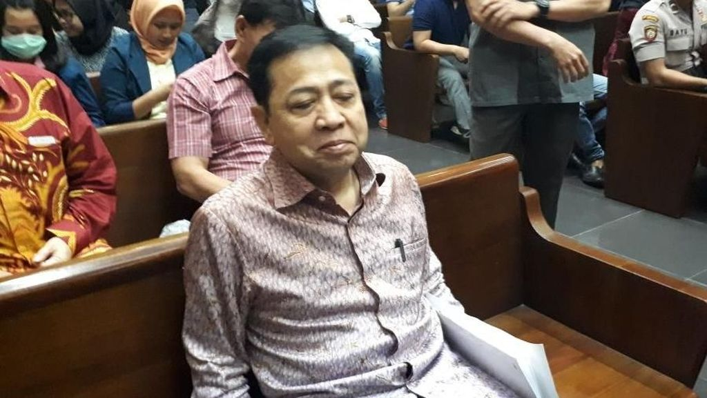 Foto: Ekspresi Novanto Tunggu Sidang Sambil Pegang Map Putih