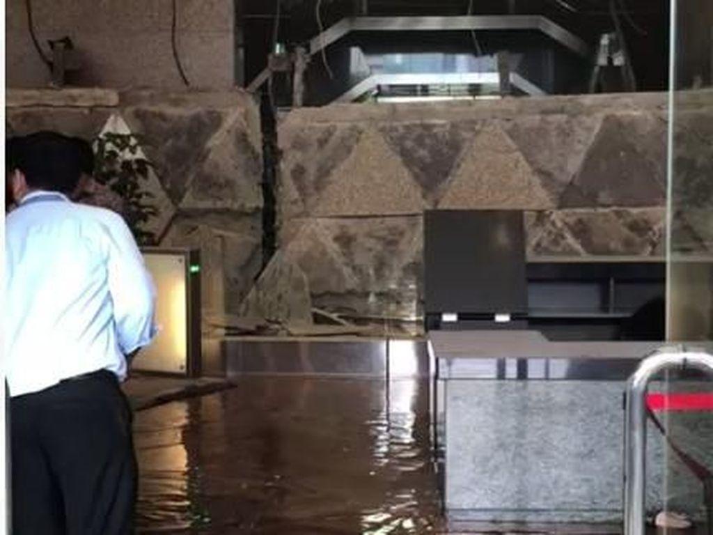 Penampakan Air Menggenang di Lokasi Selasar Tower II BEI Ambruk