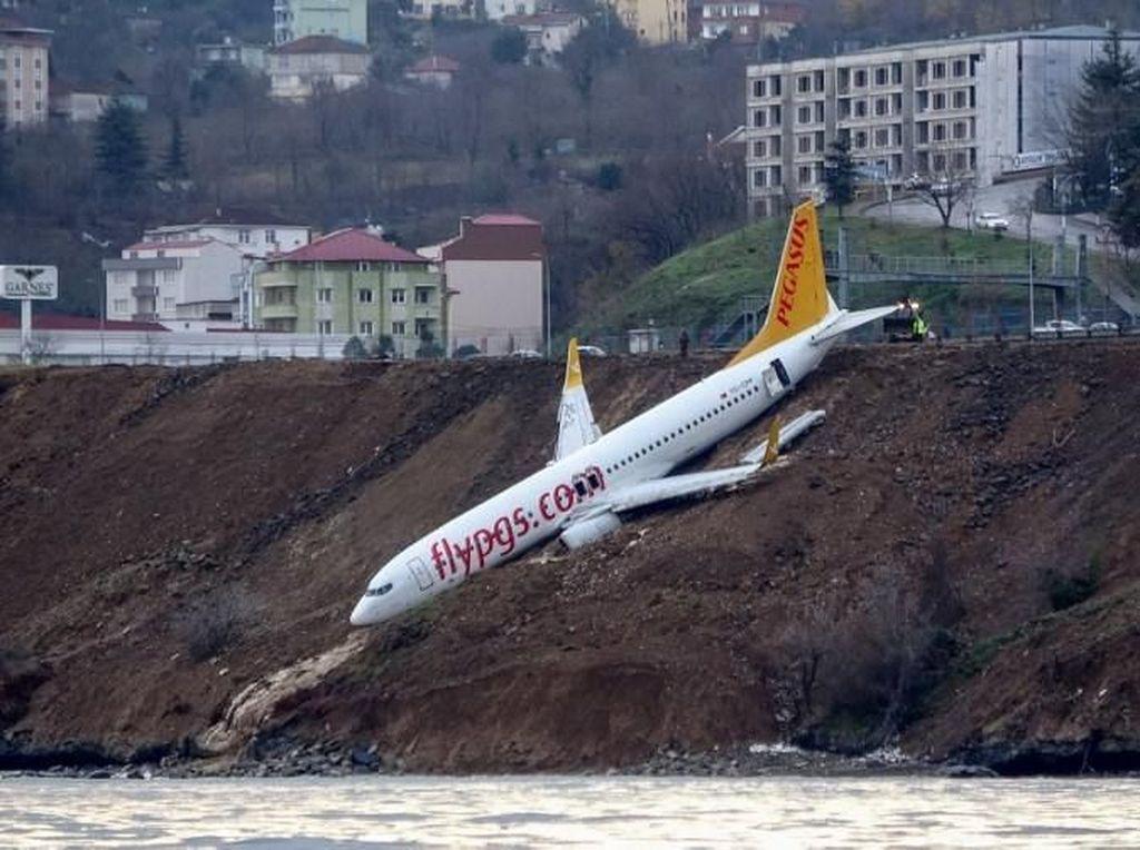 Penampakan Pesawat Turki Tergelincir di Tebing Tepi Laut