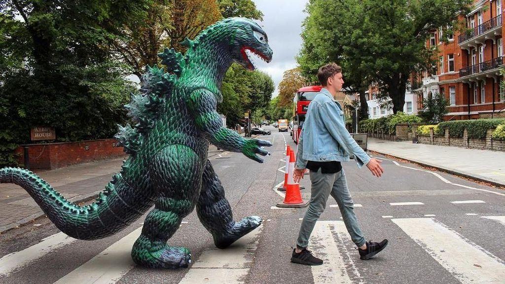Penampakan Godzilla Traveling Keliling Dunia