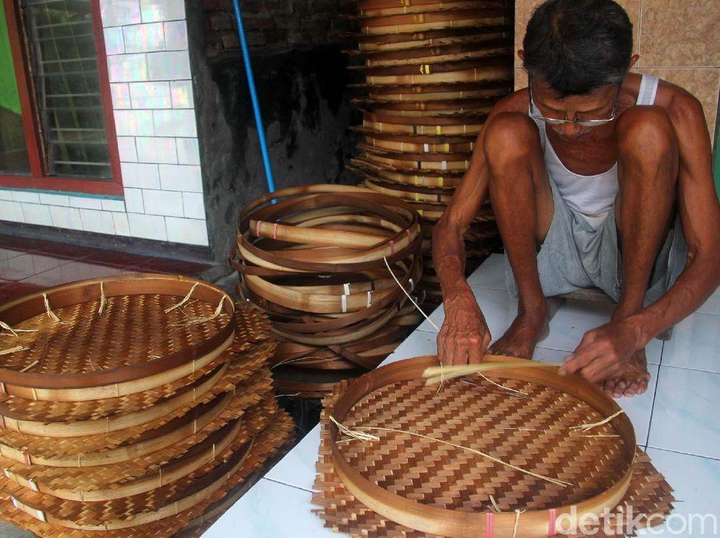 Perajin Anyaman Bambu Bertahan di Tengah Gempuran Bahan Plastik