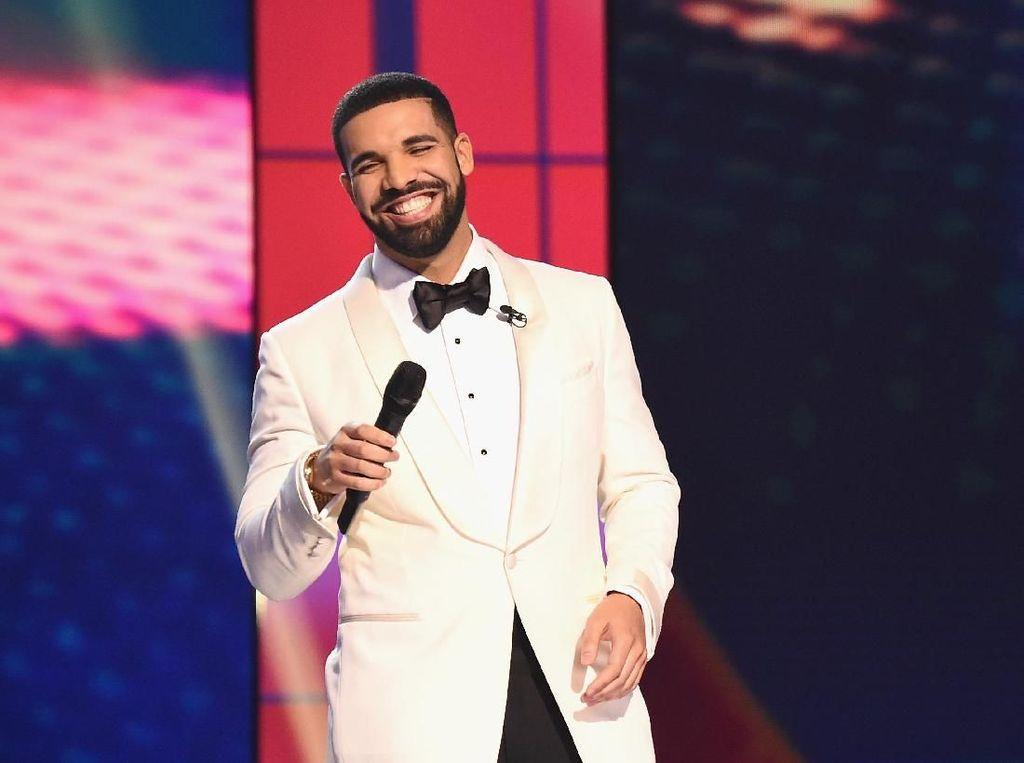 Momen Haru Rapper Drake Beri Kejutan Bocah Pasien Bedah Jantung