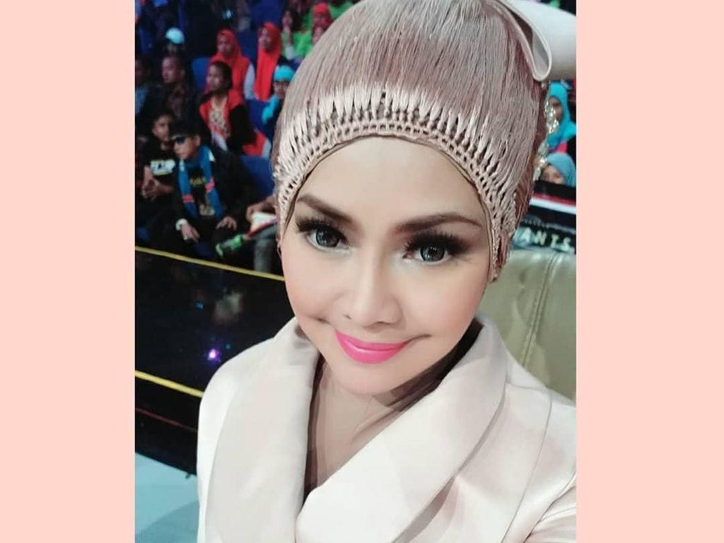 Kontroversi Iyeth Bustami Padukan Hijab dan Wig yang Disebut Mirip Kemoceng