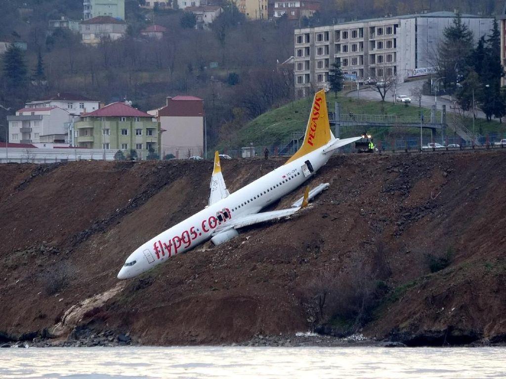 Ngeri! Pesawat di Turki Tergelincir dan Nyangkut di Lereng Curam